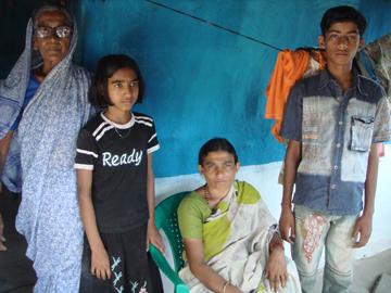 Anjubai Busari with her family in Pada, Yavatmal